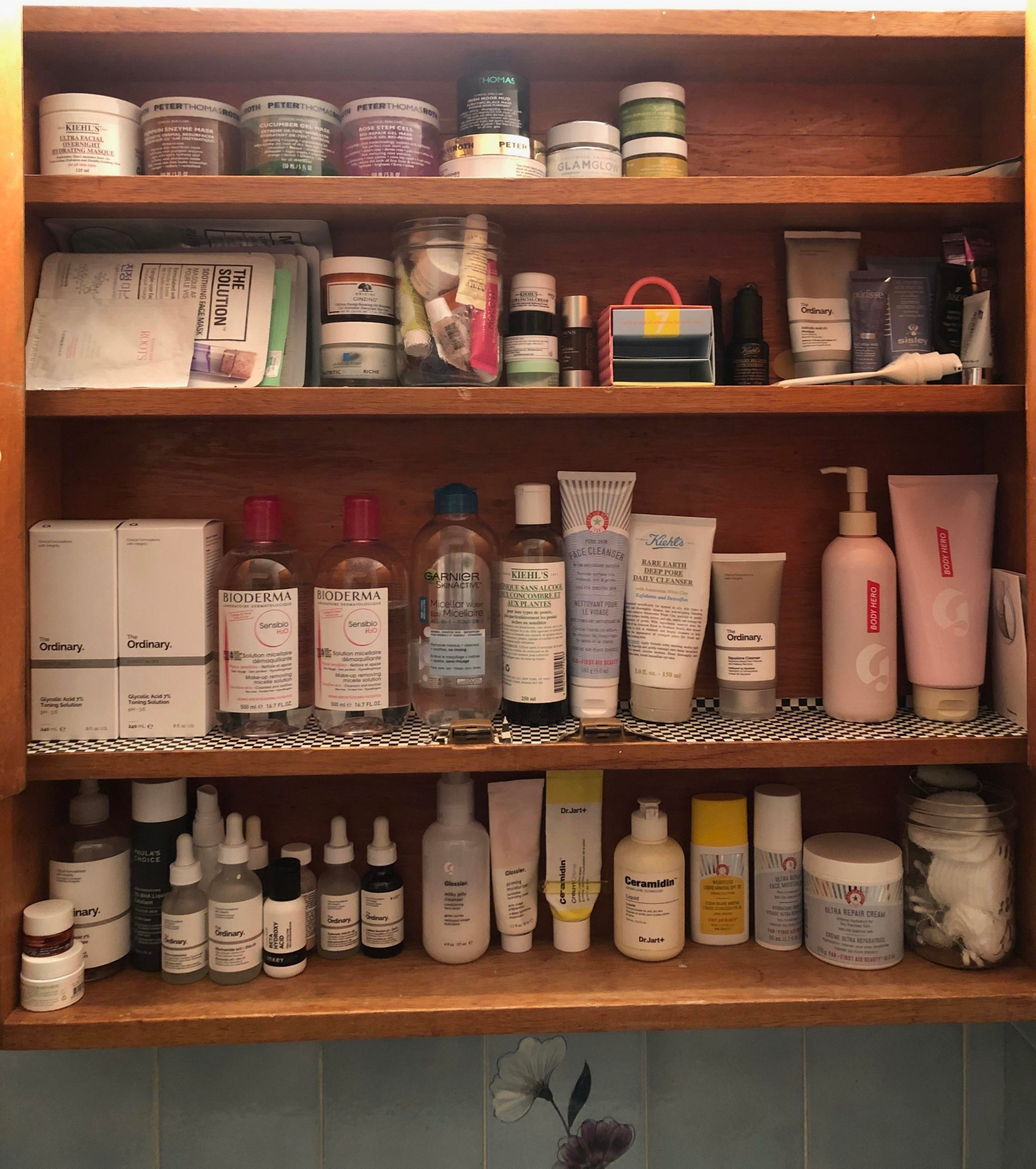 [Shelfie] My friend just got her own bathroom in her apartment – I call this her library